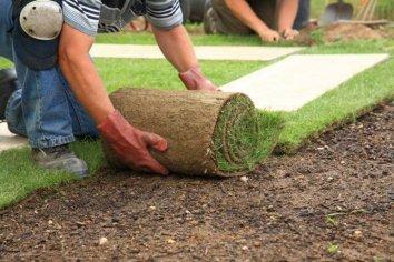 Vyrovnavanie terenu a pokladka travnika