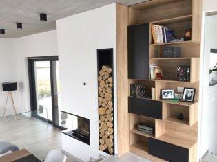 Rohový krb so štýlovým priestorom na drevo