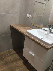 Rekonštrukcia kúpeľne v kombinácii s imitáciou betónu a dreva.