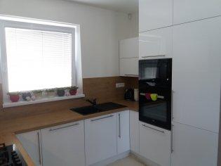 Moderná kuchyňa biela lesklá