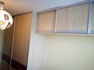 Vstavaná skriňa do izby
