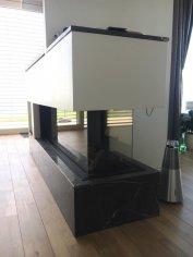 Trojstranno-rohový plynový krb s TV
