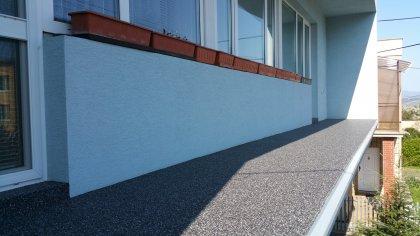 Terasa, balkón a chodníky kamenným kobercom.