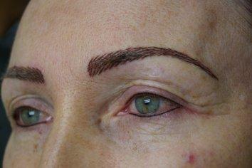 Tetovanie permanentného makeupu obočia, pier a očných liniek